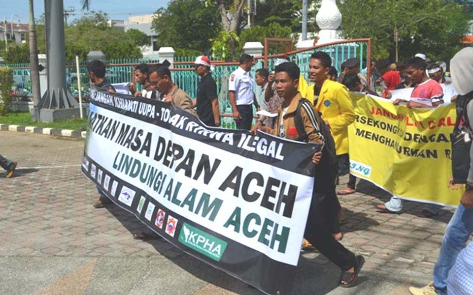 Environmental activists protest in Banda Aceh (JKMA Aceh)