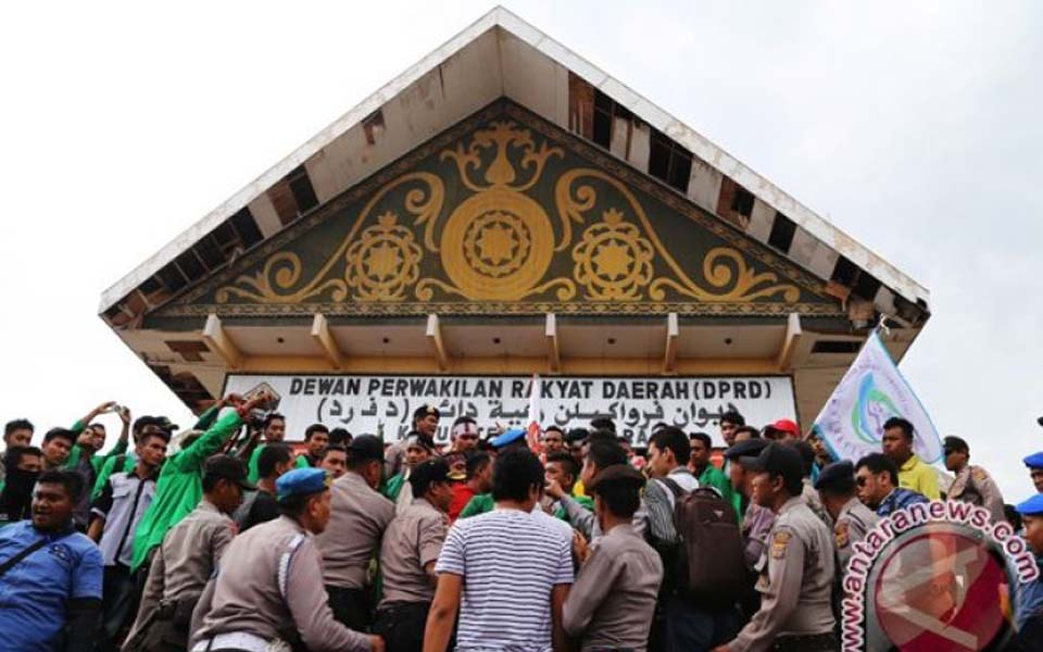 Student protest in Lhokseumawe, Aceh almost ends in clash (Antara News)