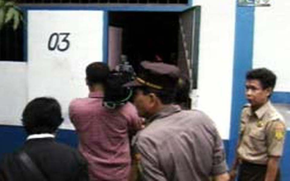 Tommy Suharto being handed over to Cipinang Prison authorities (Liputan 6)