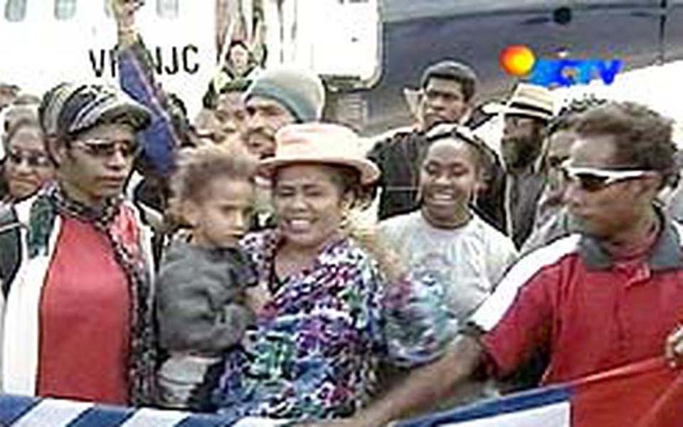 West Papuan asylum seekers arrive in Melbourne - April 4, 2006 (Liputan 6)