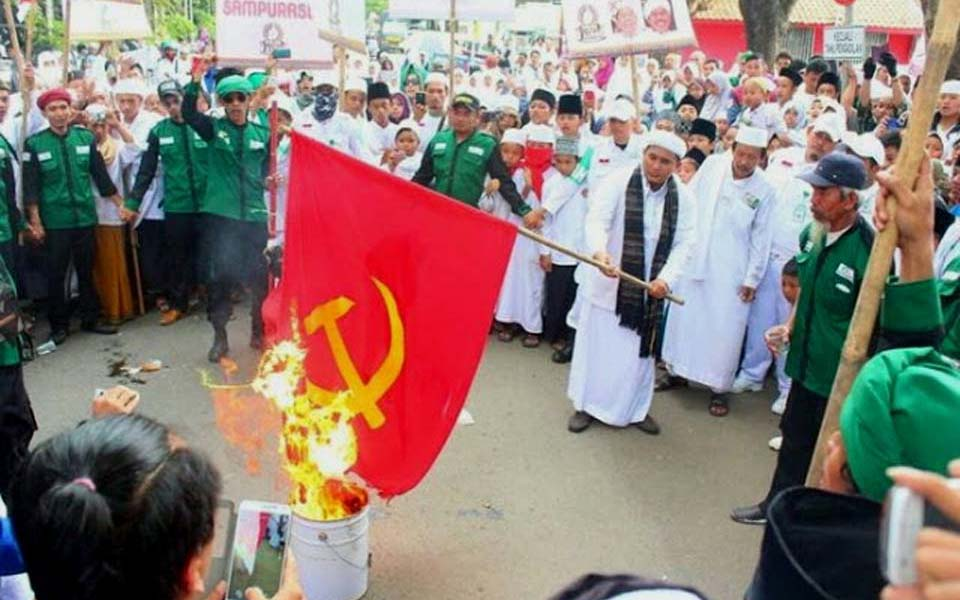 Islamic Defenders Front burns communist flag (muslimoderat)