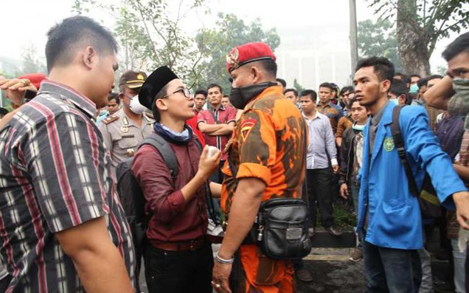 Pancasila Youth member argues with protester (Kompasiana)