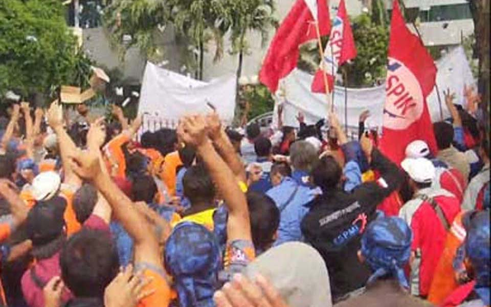 Protest at State-owned Electricity Company office in South Jakarta (Berita Hukum)