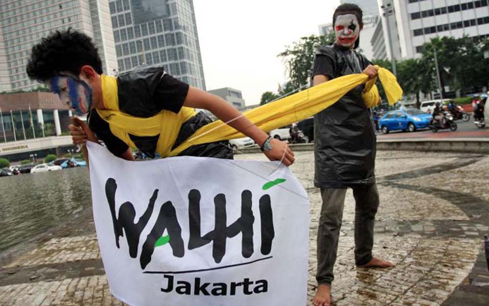 Indonesian Forum for the Environment activists protest at HI traffic circle (Antara)