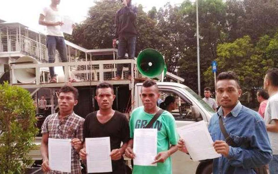 Papuan anti-corruption activists demonstrate in front of KPK (thetanjungpuratimes)