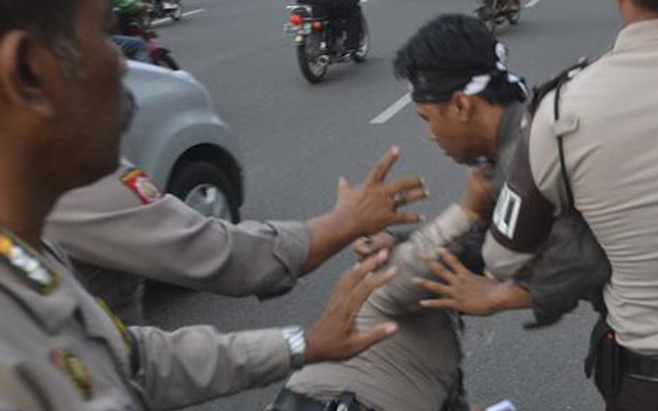 Police break up protest against SBY and Boediono (Suara Surabaya)