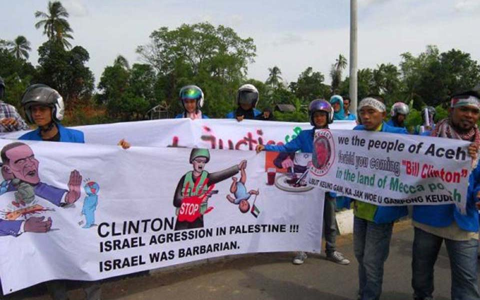 Protest action in Aceh against visit by Hillary Clinton (Salam Online)