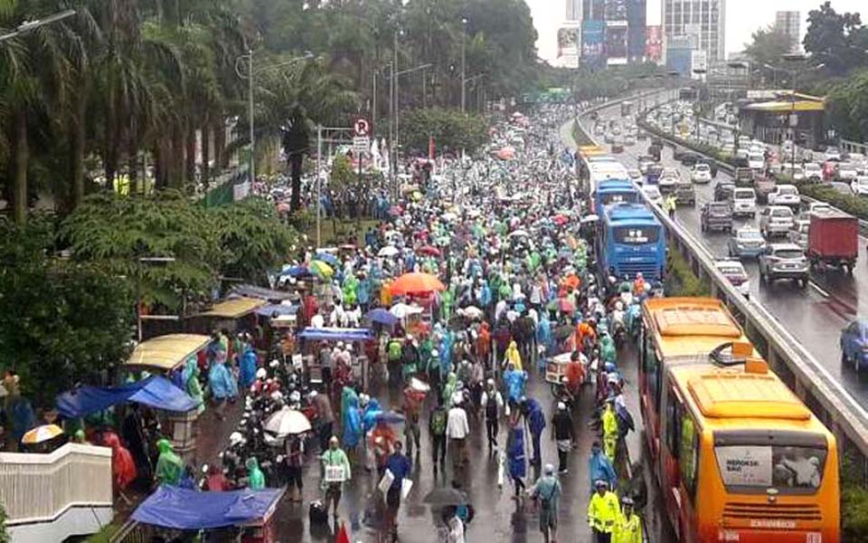 Protest action in front of parliament house in Jakarta (Viva)