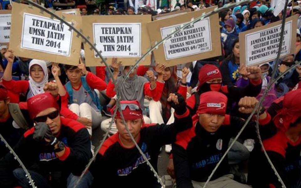 Workers commemorate May Day at governor's office in Surabaya (Tribune)