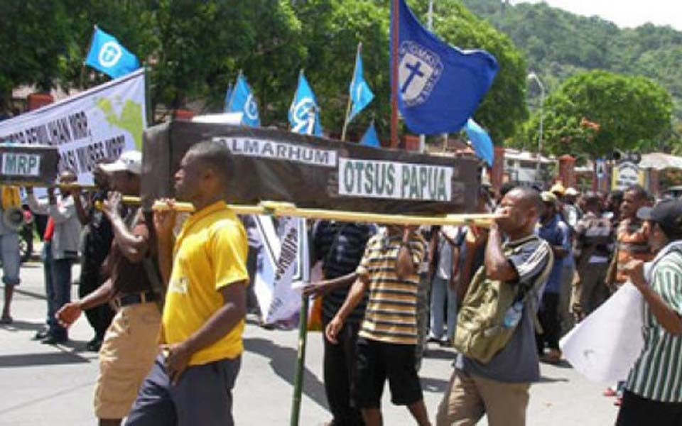 Papuans occupy Papua People's Council offices in Jayapura - January 26, 2011 (Tempo)