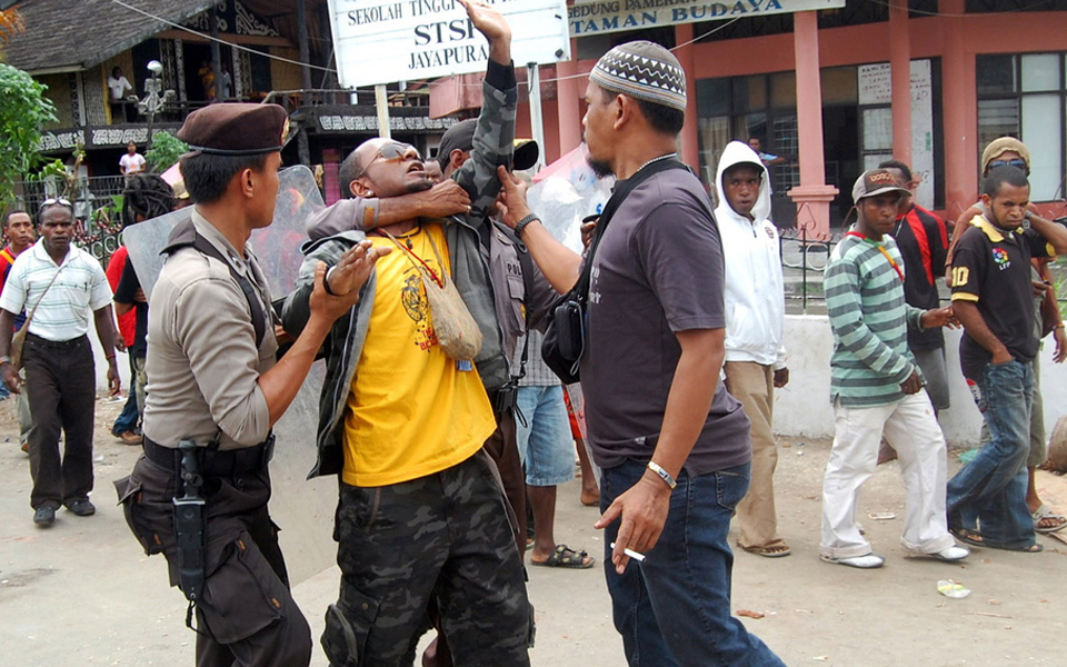 Police arrest KNPB demonstrator in Jayapura - October 23, 2012 (Berita Satu)