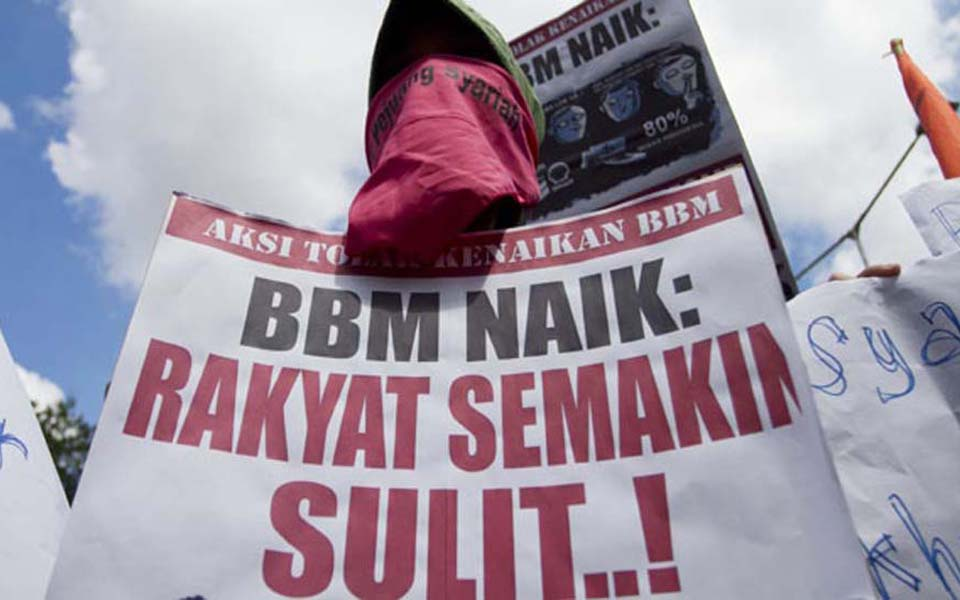 Protesters reject fuel price hikes during rally at DPRD building in Yogyakarta - March 26, 2012 (Tempo)