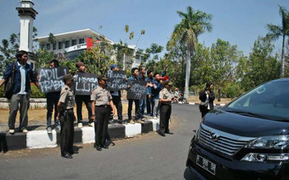 Students protest greets Prabowo Subianto's arrival at Undip - September 11, 2012 (Detik)