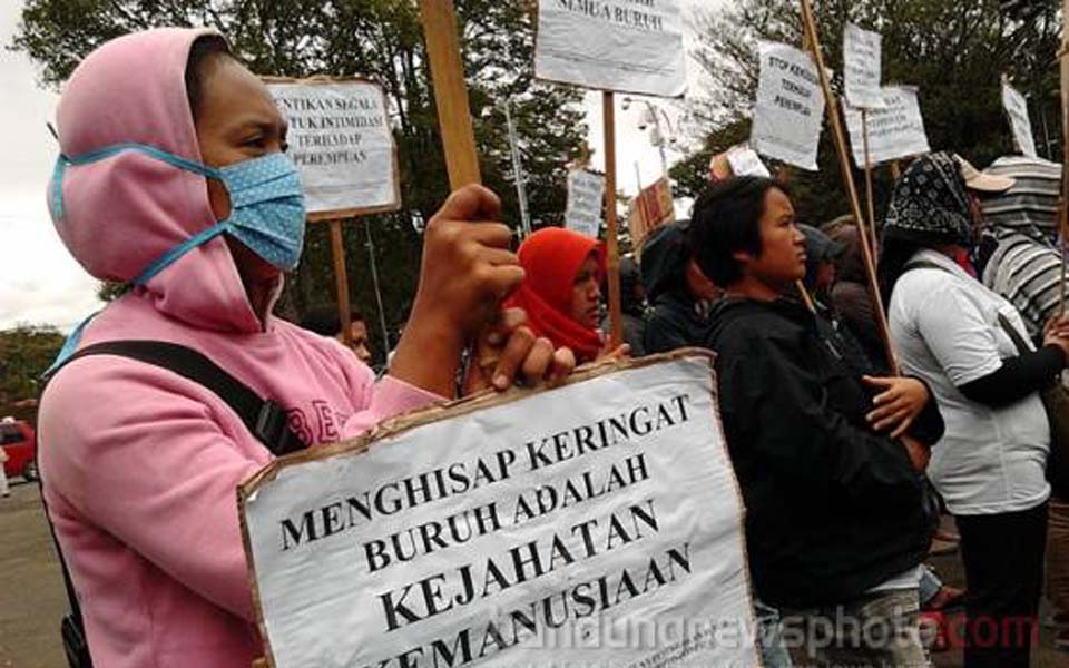 Women workers commemorate IWD at governor's office in Bandung - March 8, 2012 (Bandung News)