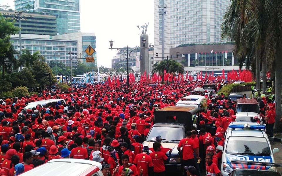 Workers rally at Hotel Indonesia traffic circle in Jakarta (NRM News)