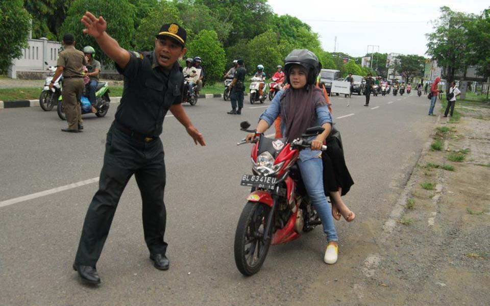Public Order Agency officer pulls over women driver in Aceh (inovasee.com)