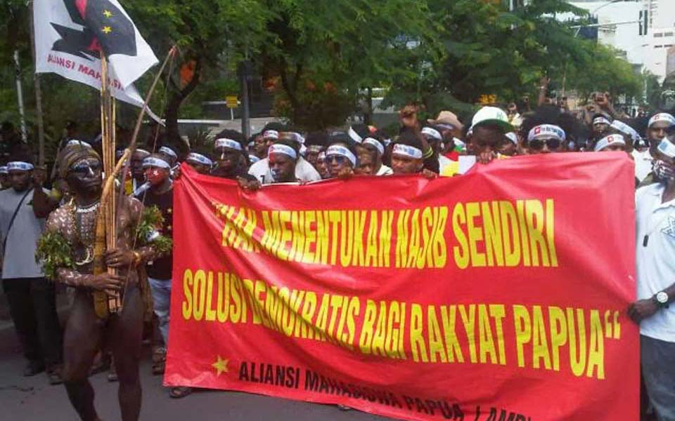 AMP protesters arally at Negara Grahadi building in Surabaya - December 2, 2013 (Suara Kolaitaga)