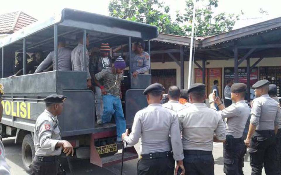 Arrested KNPB activists alight from police truck (KNPB Docs)