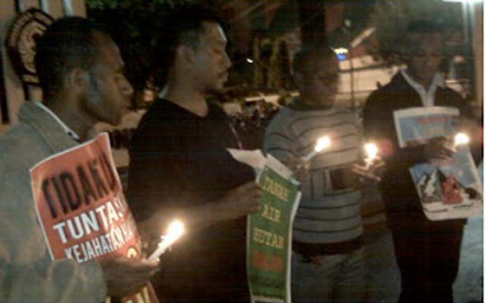 Candlelit vigil in Semarang for Wasior and Wamena - July 15, 2013 (Info Napas)