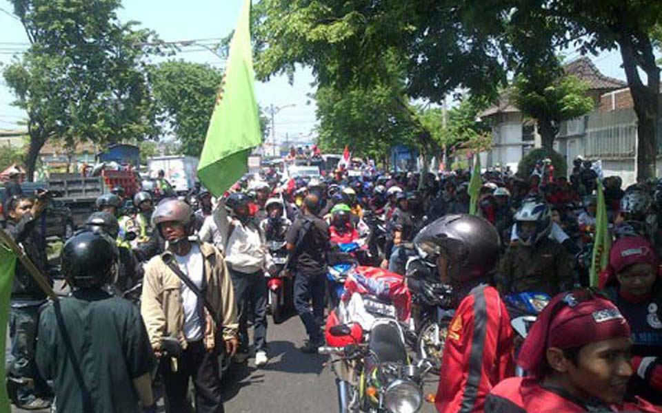 FSPMI workers blockade road in Semerang - October 30, 2013 (Detik)