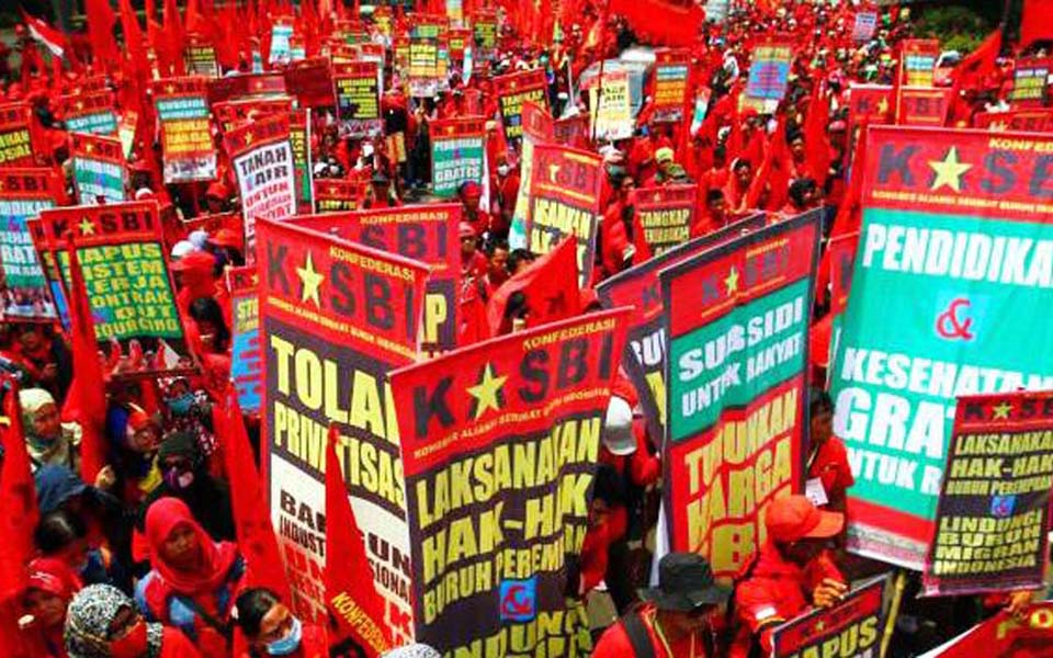 KASBI workers rally at Hotel Indonesia traffic circle in Jakarta - September 9, 2014 (Solo Post)