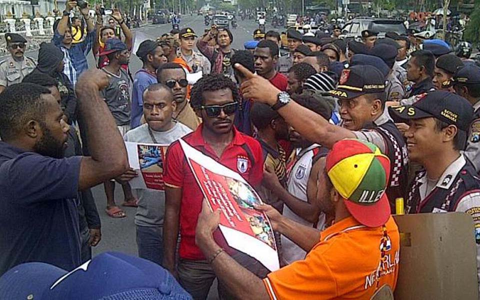 Papua students argue with police during rally in Surabaya to protest Enarotali shootings - December 10, 2014 (Kompas)