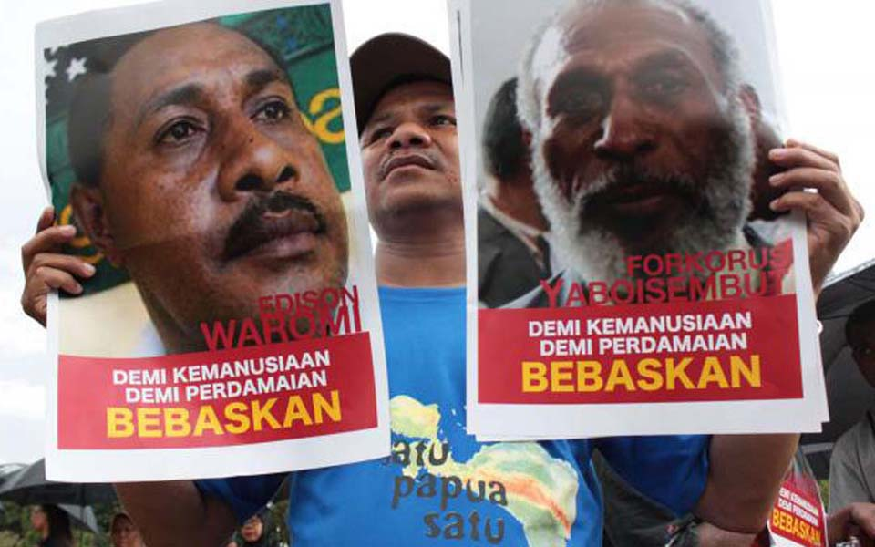 Papuan and Kontras activist demand release of political prisoners at State Palace in Jakarta - May 15, 2013 (Merdeka)