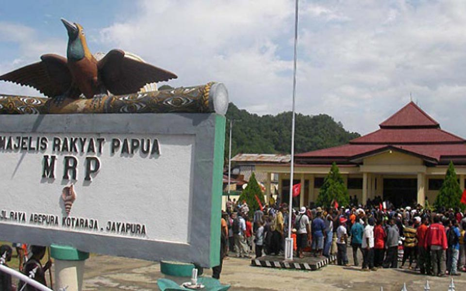 Papuans protest in front of Papua Regional House of Representatives in Jayapura - January 13, 2014 (Tempo)