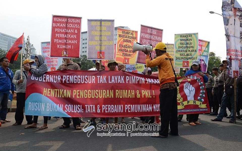 Protesters from SPRI demonstrate at Ahok inauguration in Jakarta - November 19, 2014 (Sayangi)
