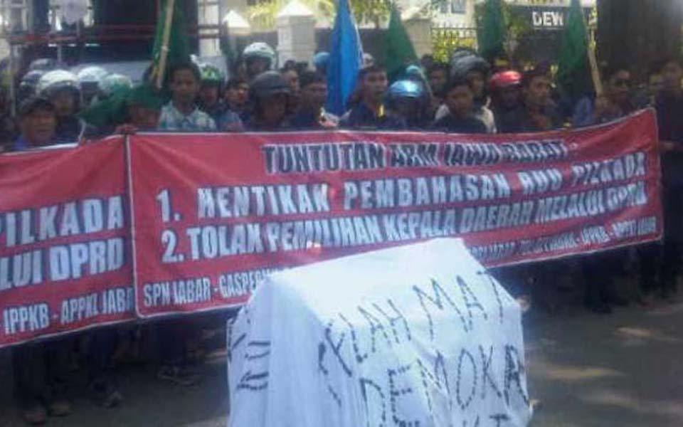 Protesters rally against RUU Pilkada at the DPRD building in Bandung - September 10, 2014 (Kompas)