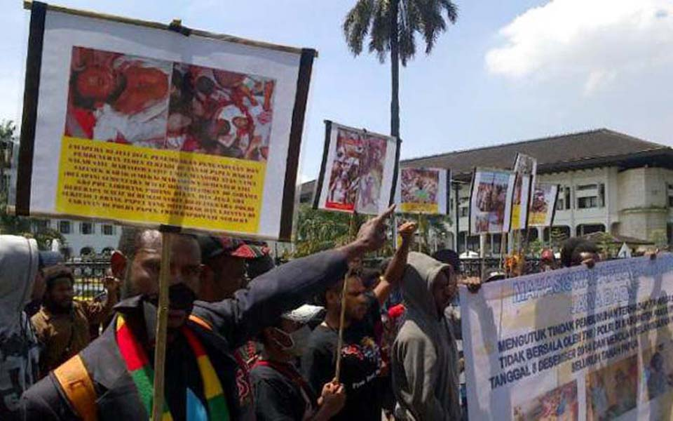 Solidarity for Papua (SUP) rally at governor's office in Bandung - December 10, 2014 (Tribune)