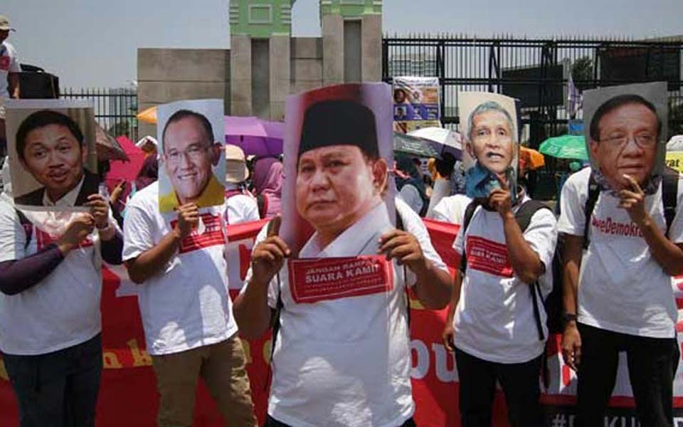 Theatrical action against Prabowo's Red and White Coalition in Jakarta – September 24, 2014 (Tempo)