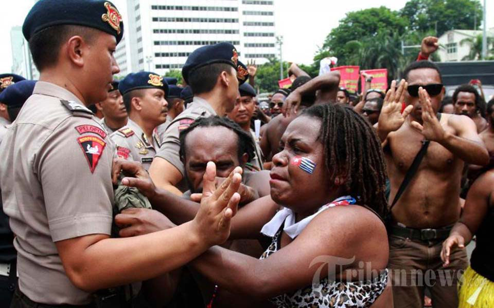 West Papuan protesters scuffle with police during rally in Jakarta - December 1, 2014 (Tribune)