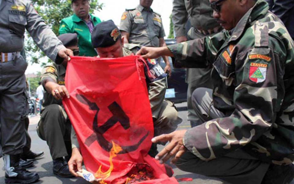 Banser members burn PKI flag at East Java governor's office - September 30, 2015 (Tempo)