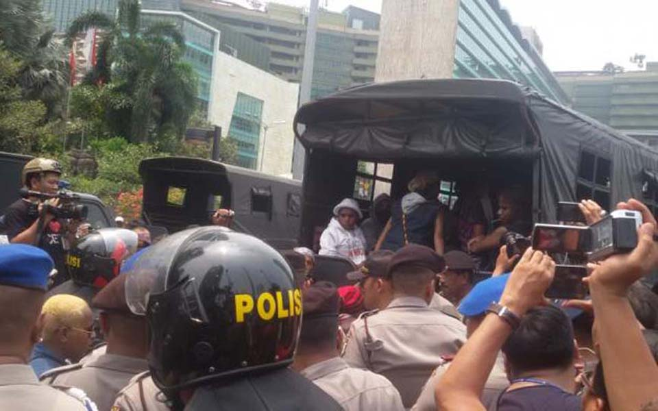 Papuan protesters being loaded on to police truck in Jakarta - December 1, 2015 (Tribune)