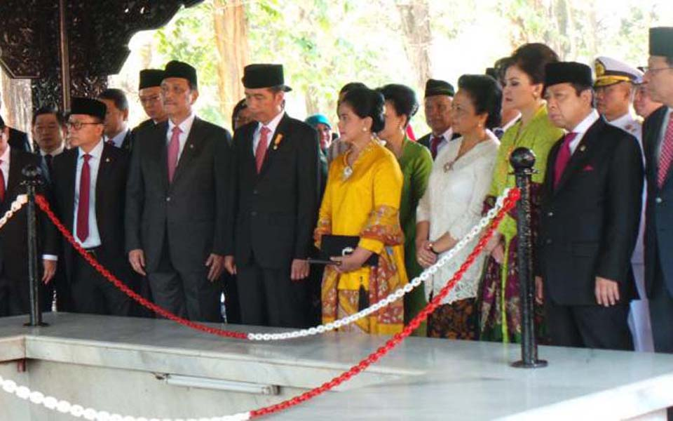 President Joko Widodo and First Lady at Crocodile Hole monument in East Java - October 1, 2015 (Kompas)