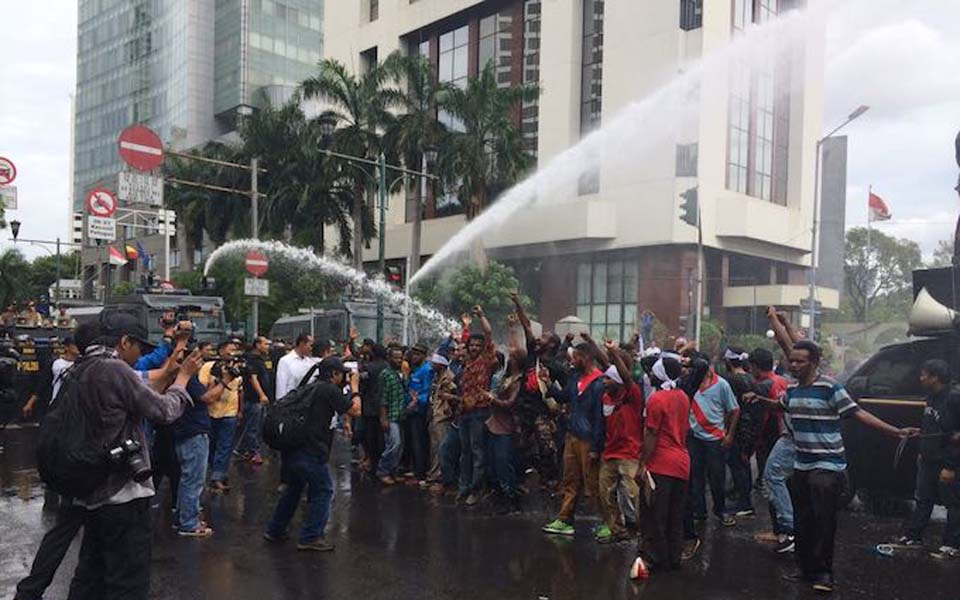 Indonesian police fire water cannon at Papuan demonstrators in Jakarta - December 1, 2016 (Suara Papua)