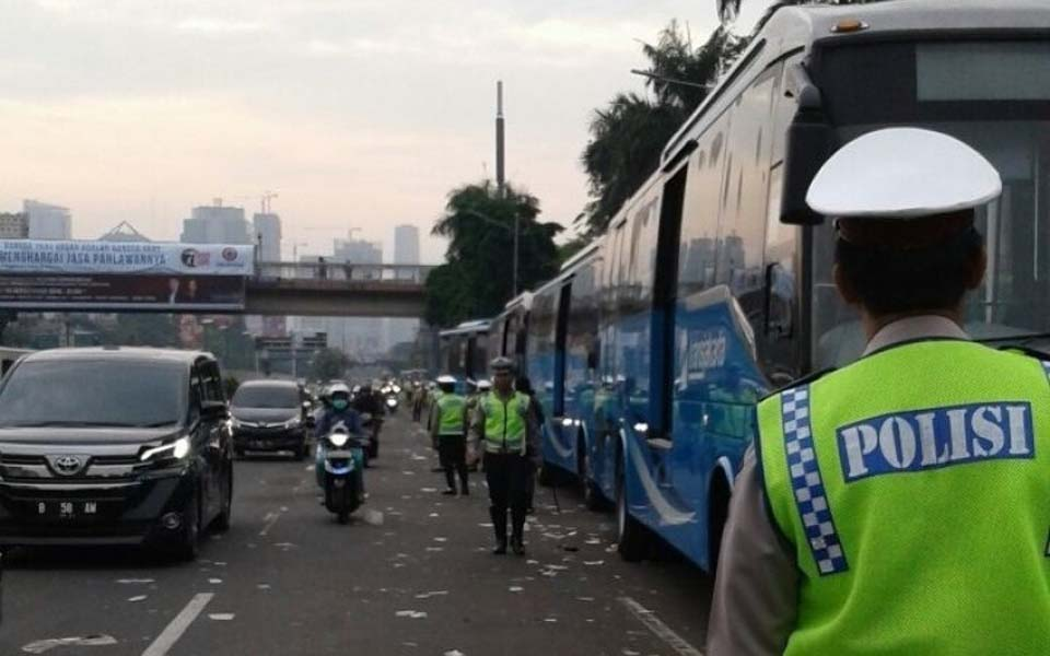 Police provide anti-Ahok protesters with free public transport - November 5, 2016 (Republika)