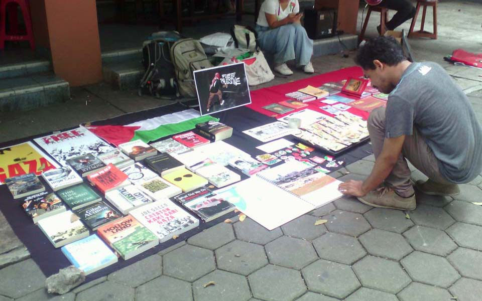 SRuPP activists sell books at USD canteen - August 26, 2016 (Kabar Kota)