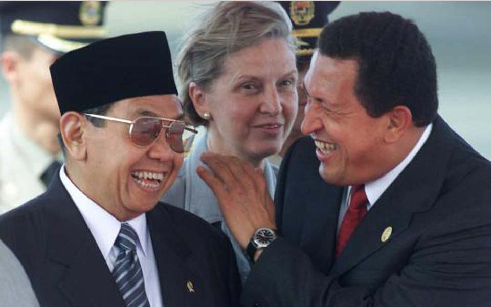 Hugo Chavez jokes with former Indonesian president Abdurrahman Wahid (Berdikari)