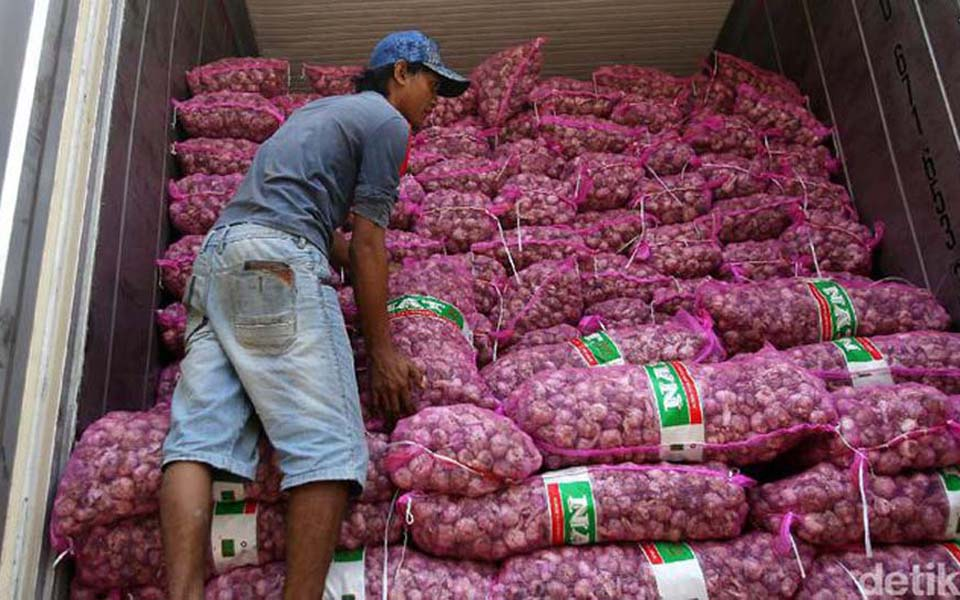 Imported garlic being unloaded from container - Undated (Detik)