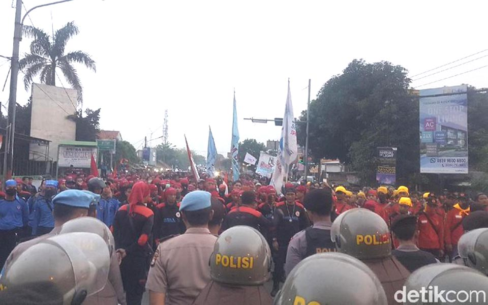 Labour rally closes Serang-Jakarta highway - November 19, 2018 (Detik)