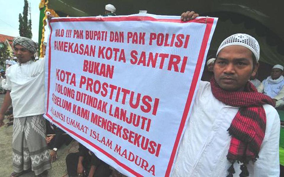 LPI members in Madura hold poster opposing prostitution - January 22, 2018 (Antara)