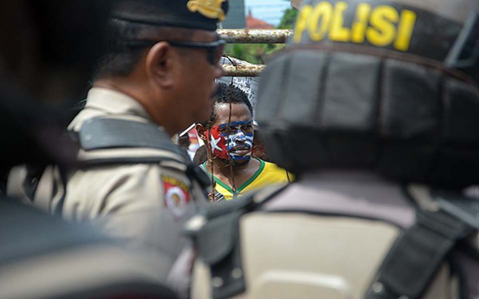 Police guard AMP rally at US Consulate in Denpasar - April 7, 2018 (Radar Bali)