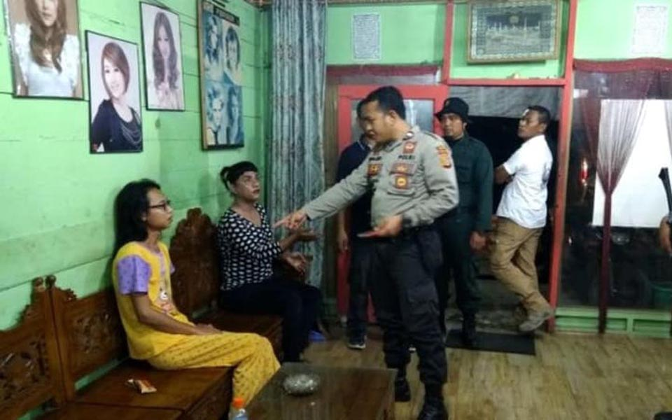 Police raid salon in Aceh - January 28, 2018 (Kumparan)