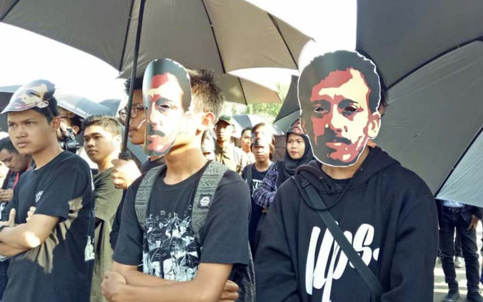 Protesters wear Munir masks at Thursday action in Jakarta - Undated (Kumparan)