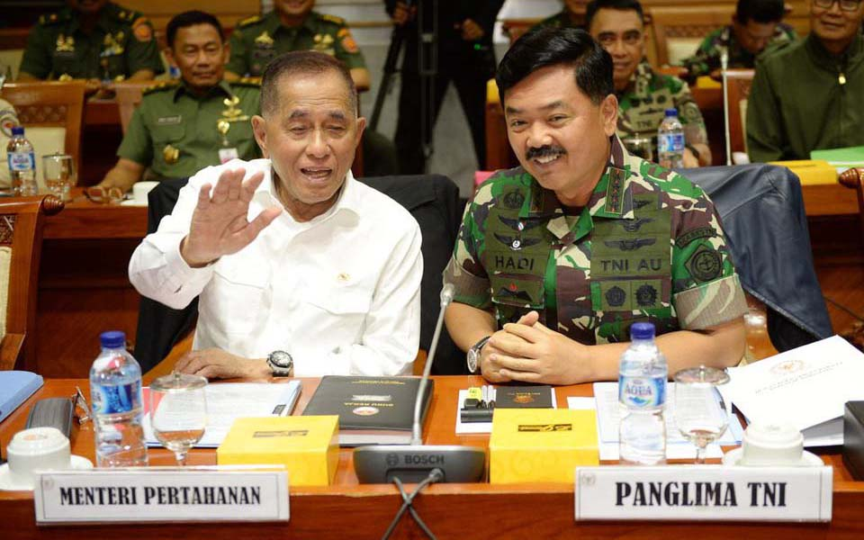 Rayacudu and Tjahjanto chat before meeting with Commission I - January 29, 2018 (Antara)