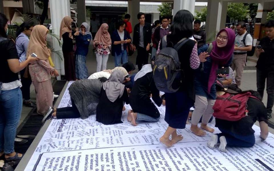 UGM students sign their names on billboard - November 8, 2018 (Kompas)