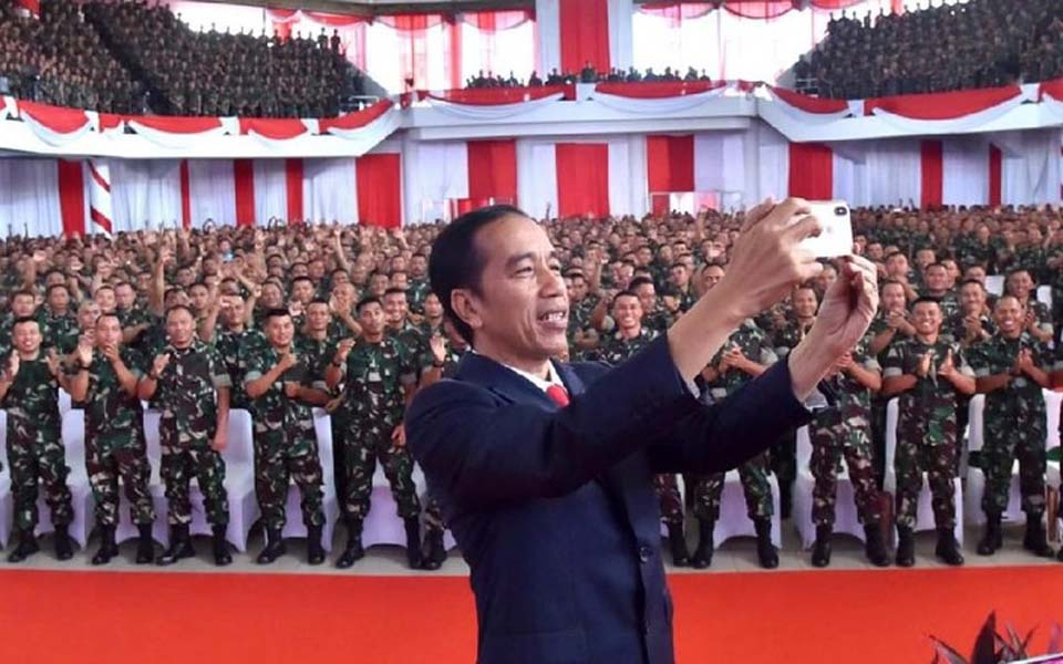 Widodo takes selfie with Babinsa in Jambi – December 16, 2018 (Detik)