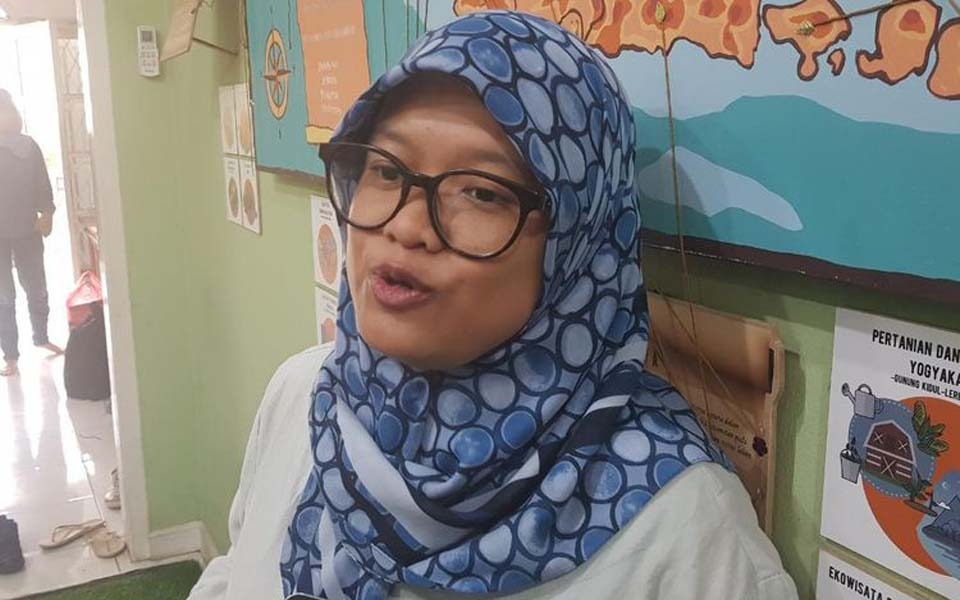 Arieska Kurniawaty speaking to Kompas at Walhi office – October 15, 2019 (Kompas)